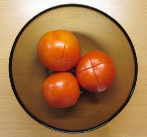 kak-snjat-shkurku-s-pomidor1