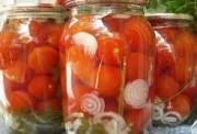 Консервированные помидоры с чесноком и луком