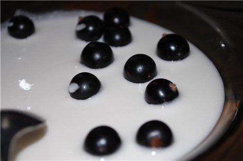 Черная смородина засахаренная в белке