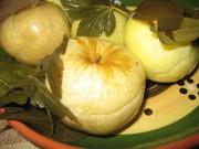 Моченые яблоки и патиссоны в банках или бочке
