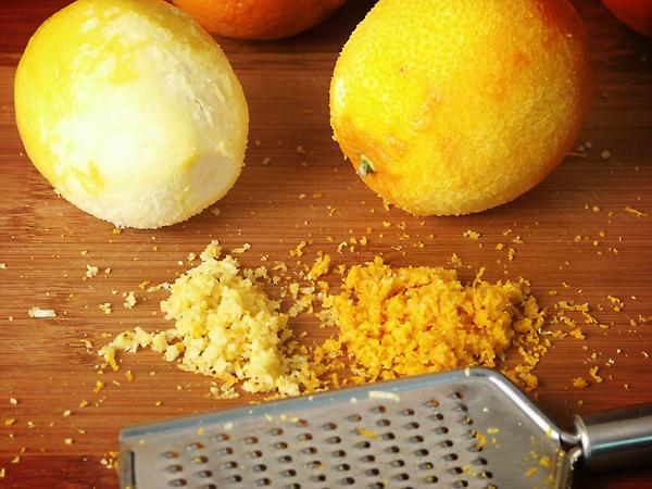 Открытка с красивой бутылкой коньяка и лимона элементов между
