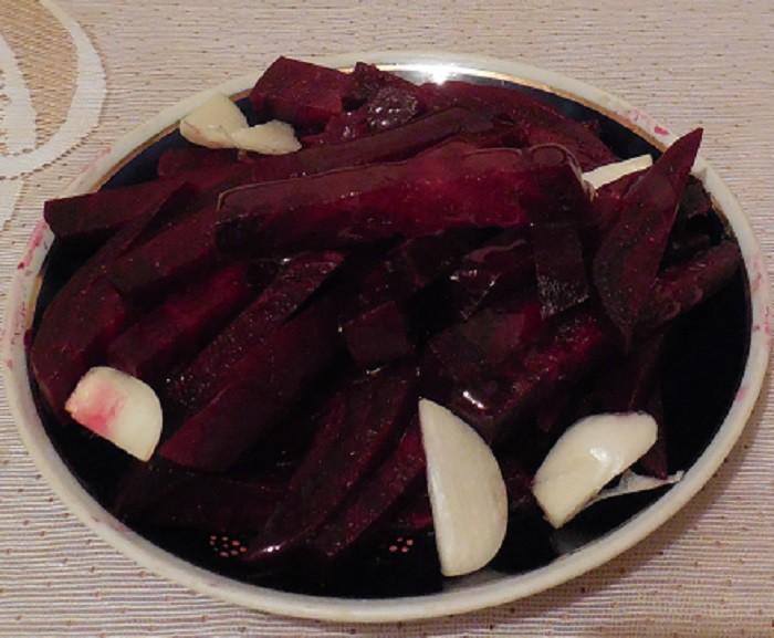 Вкусный салат из свеклы с чесноком