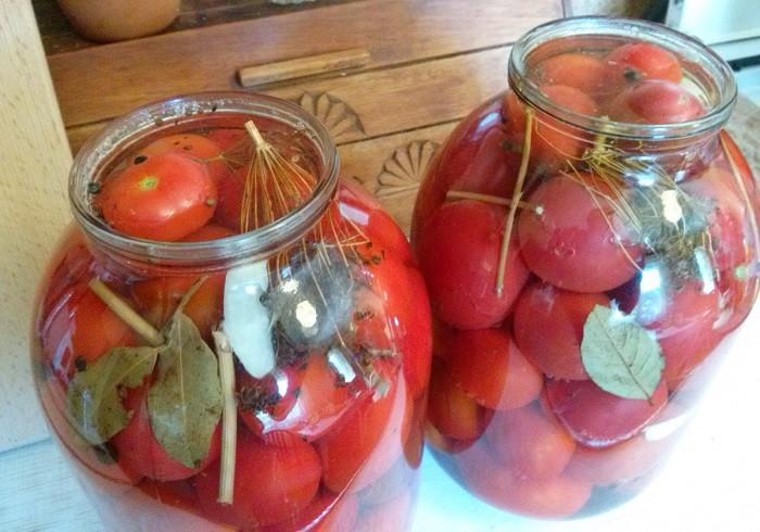 Маринованные помидоры с чесноком