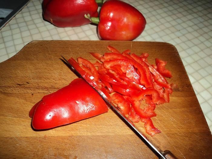 Болгарский перец нарезать соломкой
