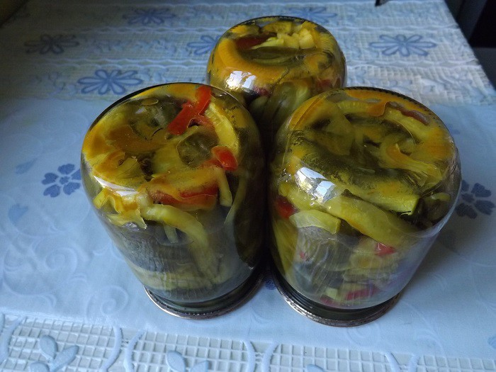 Консервированный салат из огурцов на зиму с куркумой и луком.
