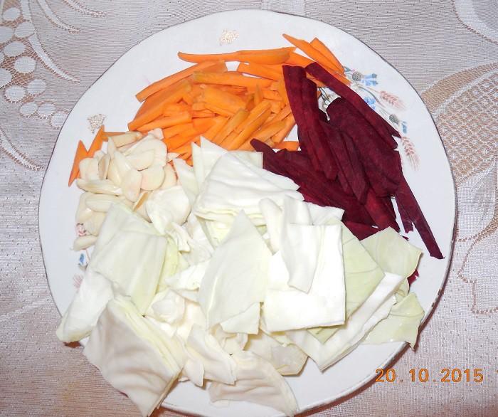 Капуста маринованная со свеклой, чесноком и морковью