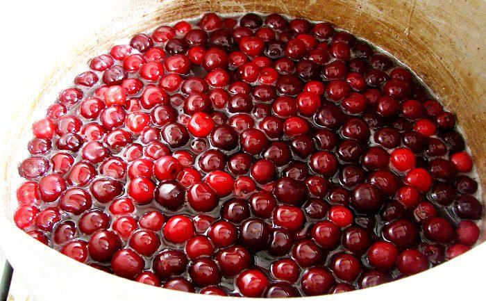 Варенье из вишни пятиминутка с косточками