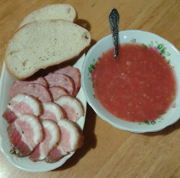Сырая аджика из помидор, перца и чеснока с аспирином