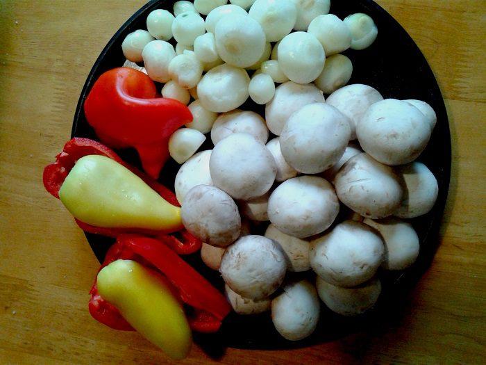 Салат из шампиньонов и перца