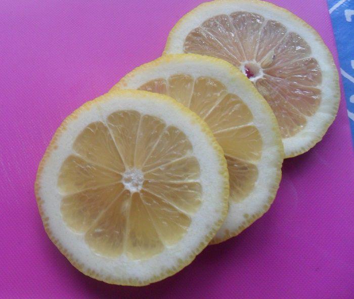 Маринованный лимон с чесноком