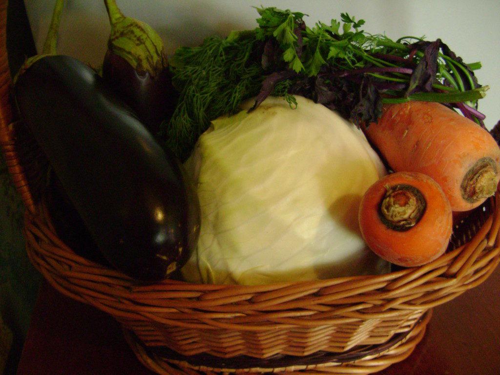 Маринованный салат из баклажанов с капустой, морковью и чесноком