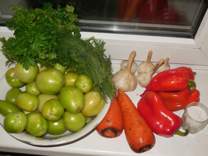Соленые зеленые помидоры фаршированные чесноком и зеленью