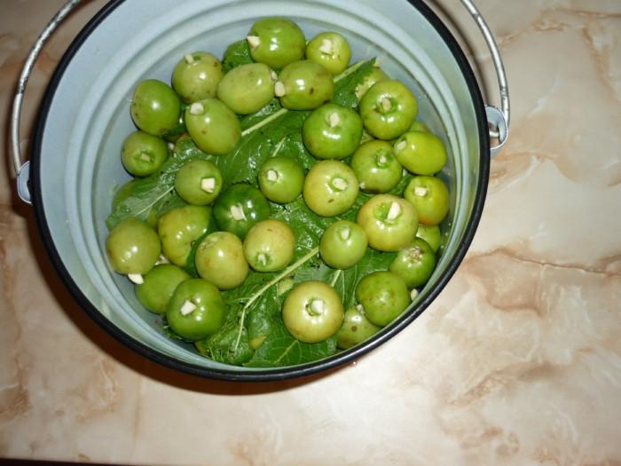 Соленые зеленые помидоры в ведре