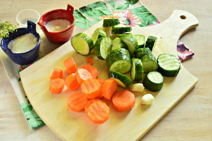 Маринованные огурцы с морковью