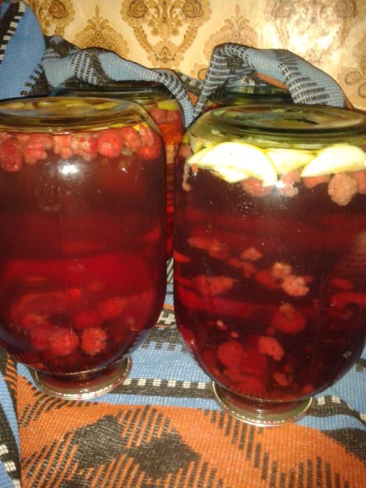 Фруктовый компот ассорти из яблок и вишни, малины, смородины
