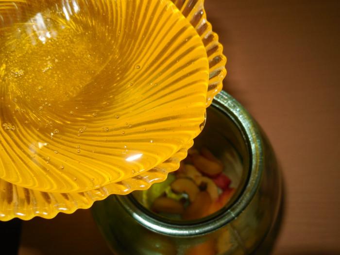 Простая сливовая настойка на меду и корице
