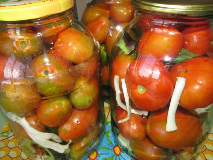 Консервированные помидоры с листьями винограда и вишни
