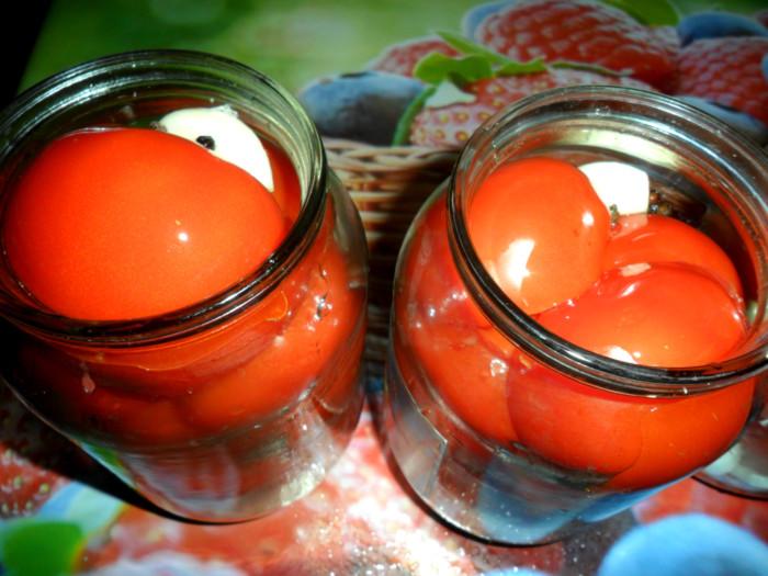 Помидоры половинками с луком, маслом растительным