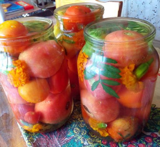 Маринованные помидоры с бархатцами