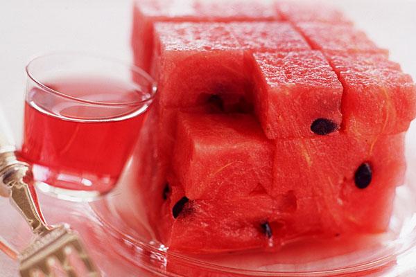 Овощной салат с брынзой черносливом и оливками фаршированными красной икрой