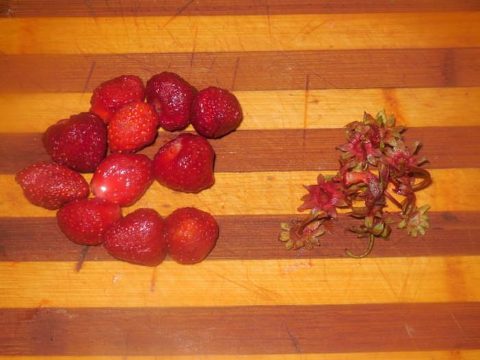 Варенье из клубники и лепестков чайной розы