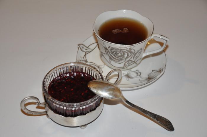 Сырое варенье из черной смородины и малины